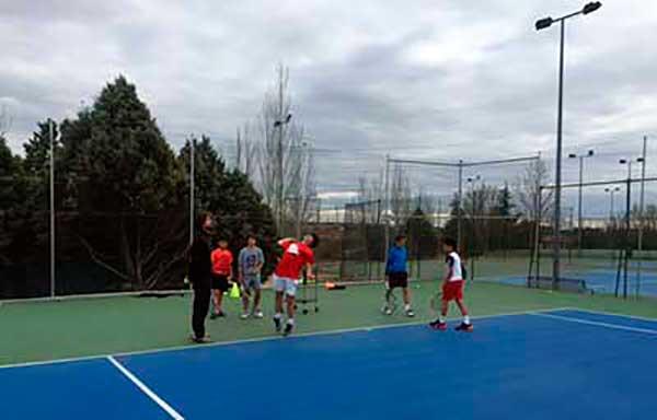 Escuela de alto rendimiento de tenis en pista sports for Piscina cubierta navalcarnero
